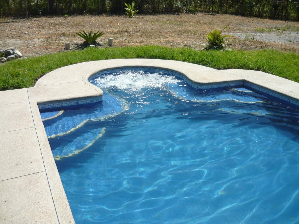 Construimos tu piscina jacuzzi cascada a nivel nacional for Piscinas con jacuzzi precio